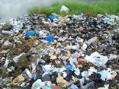 WC et ordures au abords de l'eau arayaa
